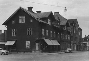 Hörnhuset Karlavägen – Storgatan innehöll Olle Erikssons speceributik. Längre ner på Storgatan låg Handelsbanken. Den finns ju numera i Åhlénshuset.