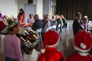 Julsånger från förskolebarn värmde upp stämningen i Hälsingesalen på Bilda under lunchen.
