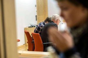 23-åringen, med sin advokat Ulf Medelfelt, vid häktningsförhandlingen i december.