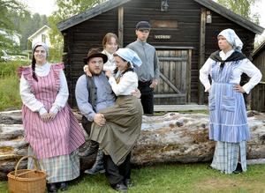 Ensemblens huvudpersoner i bygdespelet är unga pigan Anna, Knut Knutsson med Sigrid i knät. Bakom står Sigrids syster Greta, Knuts äldre bror Martin Knutsson och Mor Lisa.
