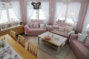 Inne i lusthuset är precis allting rosa och mycket är hemgjort. Anna Lena har till exempel tovat mattan och kuddar och hennes mamma har sytt överdragen till sofforna.