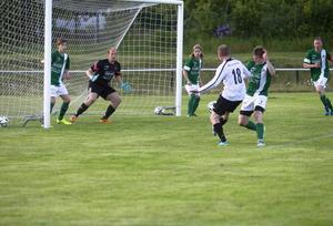 Anders Stenberg är nära att göra sitt andra mål när han lyfter bollen i ribban efter en hörna.