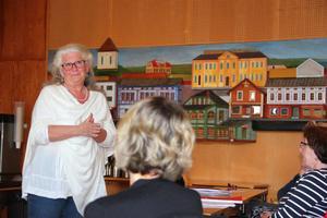 Ingrid Johansson leder mötet om värdegrunderna i omsorgen.