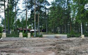 Minireningsverket har till viss del grävts ned bara några meter utanför Carina Dahlbergs sommarställe. Foto: Christer Klockarås/DT