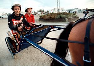 Många kändisar har prövat på travsporten. 2002 testade speedwayåkaren Henka Gustafsson med en ponny som enda hästkraft.