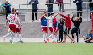 Andreas Smedbakken gjorde mål i sin hemmacomeback och firade med hela bänken.