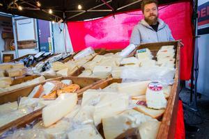 Rasmus Magnusson sålde ostar år Perssons delikatesser i Valskog. Den firman arrangerade marknaden och hade flera försäljningsställen på torget.