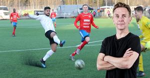 Det enda närkingska inslag som egentligen förtjänar godkänt var de tillresta svartvita supportrar som höll hög nivå från en oinspirerad liten läktare bakom ena målet, skriver Sportens krönikör Lasse Wirström.