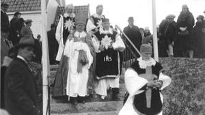 Ärkebiskop Nathan Söderblom ledde processionen ut från kapellet efter den högtidliga invigningen då även dåvarande kronprinsen samt prins Eugen fanns på plats. Bilden är utlånad av Kristina Strömbom Arholma.