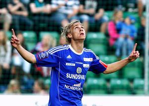 13 mål gjorde Engblom i Superettan säsongen 2011. Här firar han ett av de två han stänkte in mot Hammarby på hemmaplan. Bild: Håkan Humla/arkiv.