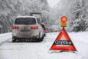 Förutom halkan kan stora mängder snö orsaka svårigheter i trafiken.