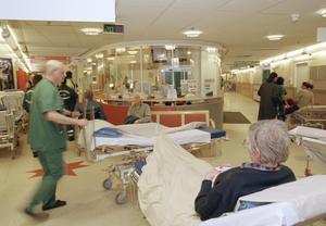 Vårdcentralerna ha större tillgänglighet så att akuten avlastas. Människor ska bara söka sig till akuten när det verkligen krävs.