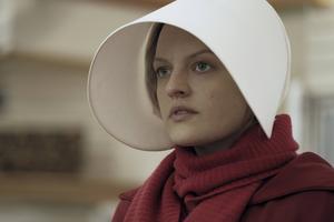 Elisabeth Moss spelar Offred i tv-serien som bygger på