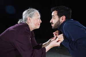 Gunilla Larsson (som Eivor) och Robert Hannouch (som Abdu) i