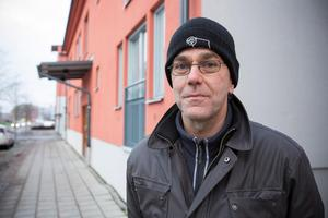 Göran Valtonen är Gävle kommuns projektledare för Gävle Strand. Han menar att kommunen hjälpt de boende så mycket man kunnat men säger att man inte kan lägga sig i vilket pris som fastighetsägare vill ta för garageplatser.