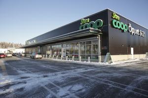 Coopbutiken på Lyviksberget har gynnats av att Matmagasinet slog igen för två år sedan, uppger butikschefen. Under 2019 har ungefär hälften av butikens sortiment prissänkts.