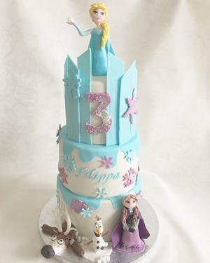 Veronica har gjort många Elsa och Anna-tårtor och fasar lite inför när Frost 2 släpps. Foto: Veronica Aster