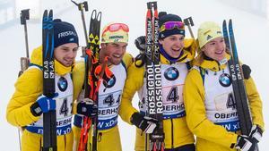Jesper Nelin, Frederik Lindstroem, Martin Ponsiluoma och Sebastian Samuelsson firar efter världscupsegern. Bild: TT.