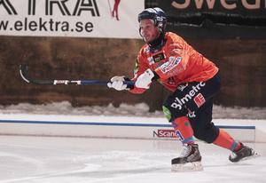 Markus Ståhl skickar in bollen mot straffområdet.