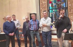"""Publiken hälsas välkommen till Herrarnas Afton genom att inbjudarna sjunger """"Räck mig din hand"""". Från vänster Hasse Andersson, Christer Gelfgren, Göran Norlén, Åke Bylund och Kjell Larsson tillsammans med aftonens huvudattraktion Ronnie Sahlén."""