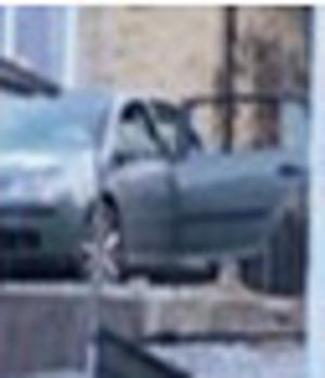 Även en silverfärgad bil av mindre modell skadades och avlägsnades för teknisk undersökning.