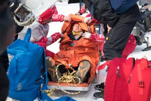 Måns Hedberg fördes iväg efter kraschen, men ska vara okej. Foto: Jon Olav Nesvold/Bildbyrån