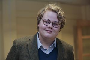 Hugo Abrahamsson, ordförande för Moderata ungdomsförbundet Dalarna, trivs i sin roll som liberal blåslampa gentemot moderpartiet Moderaterna. Men med allt för stort motstånd från de andra borgerliga ungdomsförbunden riskerar förbundets liberala röst att gå förlorad.