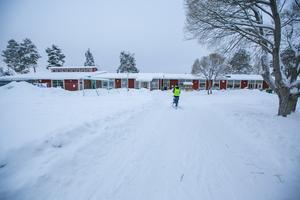 Här syns Fjällsjöskolans huskomplexet med låg- och mellanstadiedelen i högdelen till vänster.