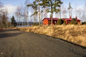 Här är ännu ett av de sjönära tomterna där hus faktiskt redan har byggts och går att bo i. På denna tomt har två sommarhus byggts med vy ut över västra delen av Bysjön och Rönnåsen i bakgrunden.