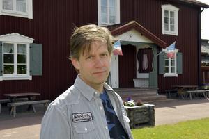Stefan Nykvist i klassisk älvdalsmiljö vid Rots Skans.
