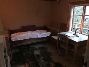 Torpet har kök och två små rum, det här är det större av dem.