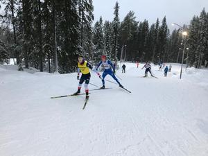 Samuel Oskarsson (blå åkare) lyckades bäst med en 3:e plats i klassen H19-20. Foto: IFK Mora.