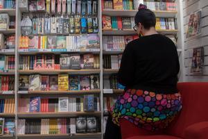 Alltfler lyssnar på ljudböcker, men än så länge står sig fysiska böcker väl hos länets bokhandlare.