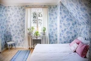 Josephinas sovrum är nyrenoverat med blåblommiga tapeter.