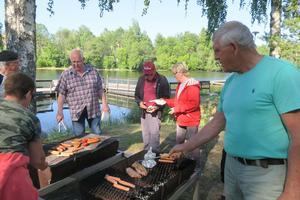 PRO Domsjös ordförande Roger Frisk bjöd in till grillfest på Friluftscentralen. Foto: Kenth Wiklund