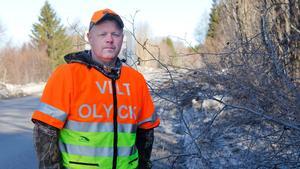 Anders Forslund, eftersöksjägare i Timrå, menar att det är bedrövligt att låta slyn ligga kvar i vägkanten.