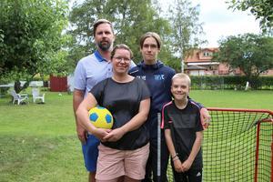 Familjen Hellström och Carlsson har ett stort intresse för både fotboll och innebandy. Pappa Per är tränare för Emils lag och mamma Ulrika har tränat Emil i fotboll. Lillebror Olle spelar båda sporterna och säger att han ska bli bättre än brorsan i innebandy.