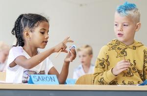 Saron  Tsehaye och Loa Olofsson gick förskoleklass ihop och är glada att skolan nu börjat på riktigt.