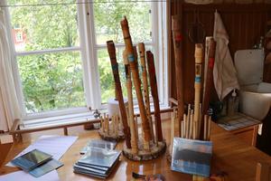 Pipor i olika former i en miljö som återspeglar folkmusiken och väcker en del nostalgi.