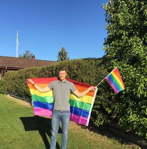 Martin Kallur hemma på gården i Vikarbyn, där nazister stal flera flaggor från familjen och grannar under våren och sommaren 2017. Foto: Privat