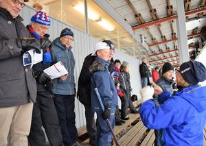 Läktarvimmel. Pelle Normelli var mest långväga gäst och hade både barn och barnbarn Gärdehovs läktare under division I-derbyt mellan Selånger Bandy och Söråkers IF.