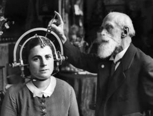Rasforskaren Burger-Villingen faställer huvudformen på en kvinna med en Plastometer.Foto: PRB  Code: 190COPYRIGHT SCANPIX SWEDEN