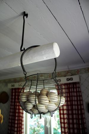 Små söta ägg i en korg i köket.