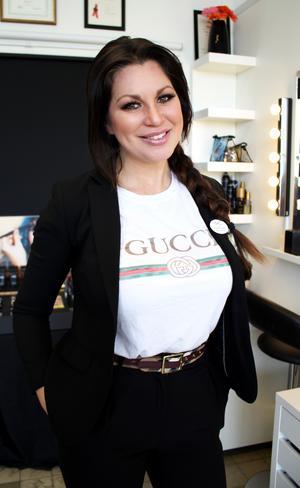 Sophia Eliases utbildade sig till make up-artist 1999 och är i dag en av få som har gesällbrev i make up. Hon driver CityStylisterna i Västerås.