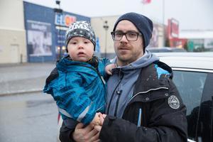 """Fredrik Berglund, 31 år, föräldraledig, Södertälje. Här med sonen Felix: """"Jag behöver inga julklappar, det enda jag önskar mig är en frisk familj."""""""