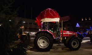En traktor med tomteluva ingick i luciatåget.