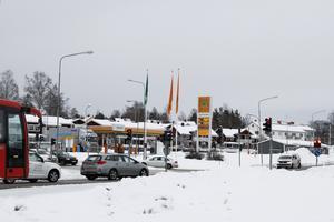 Den trafikljusreglerade korsningen blir en cirkulationsplats.