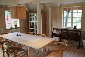 I ett av programmen tillverkade Ernst Kirchsteiger taklampan som hänger över bordet.