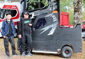 Robin Brännström och Erik Mårtensson hade Lastbilsträffens överlägset minsta lastbil.