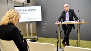 Slutbetänkande för en mer jämlik vård överlämnas till socialministern av den särskilde utredaren Göran Stiernstedt. Foto: Henrik Montgomery/TT